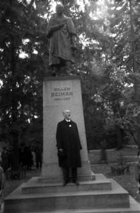 Jaan Tõnisson Villem Reimani ausamba ees. 1939.