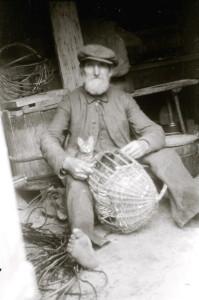 Korvipunuja kassipojaga. 1930ndad.